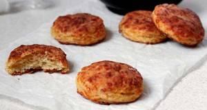 Бисквити со кашкавал и сланина