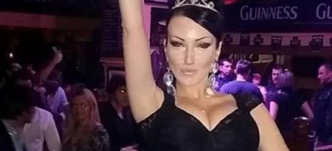 Позната пејачка го фотографирала задникот во розови танга гаќички