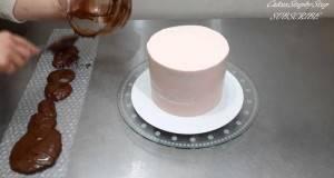 Ставила фолија со меурчиња околу тортата. Она што го направила е ФАНТАСТИЧНО