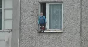 Дете стои на работ на прозорецот на осми кат, родителите ги нема