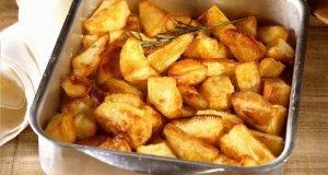Печен млад компир со лукче