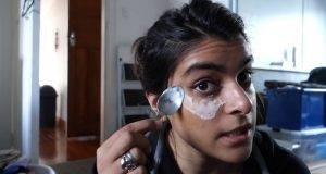 Ставила сода бикарбона на нејзините образи, а резултатите се неверојатни