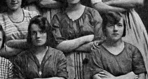 На фотографија стара 100 години виделе вознемирувачки детаљ – погледнете ја жената во вториот ред!