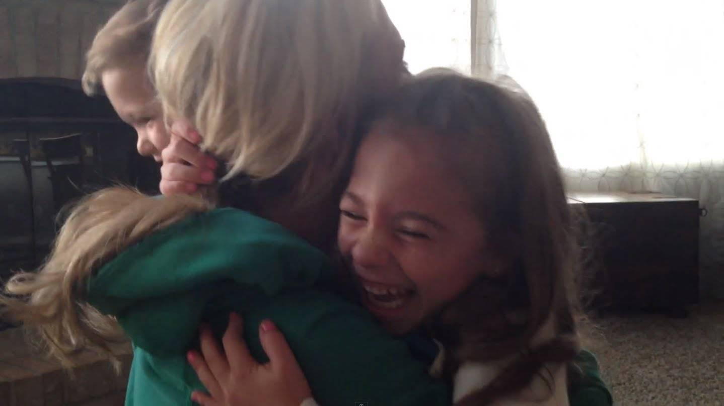Неизмерна среќа покажа малата сестричка откако дозна дека ќе има сестра или братче!