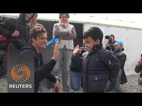 Орландо Блум ги посети мигрантите во Гевгелија