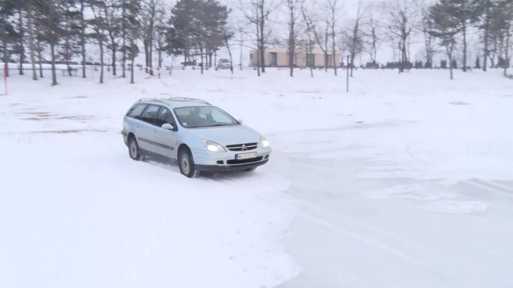 Храброст или лудост: Србин со автомобил се возеше по замрзнатото езеро