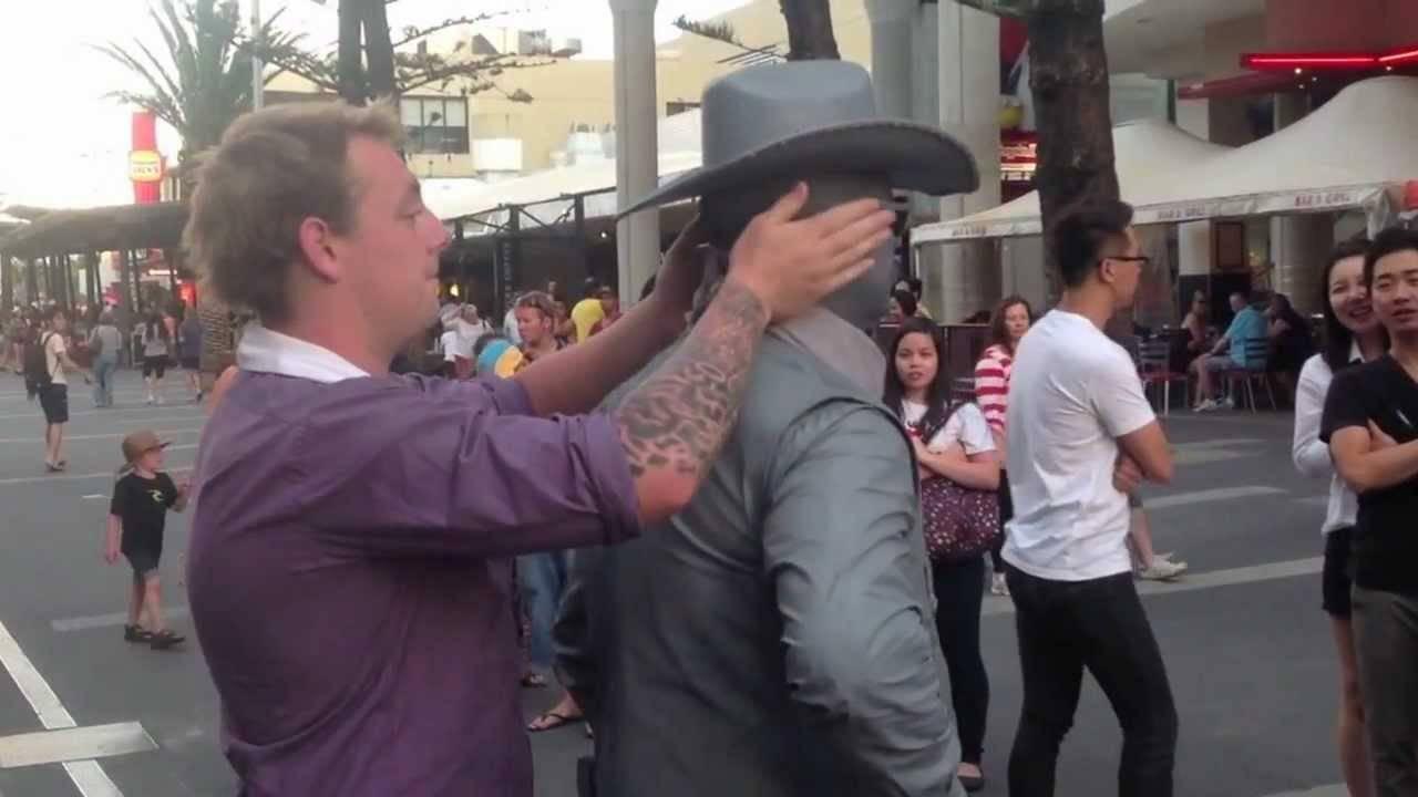 Му пришол на уличен забавувач и почнал да го исмејува. Она што следело на 0:28 ќе го памти додека е жив!