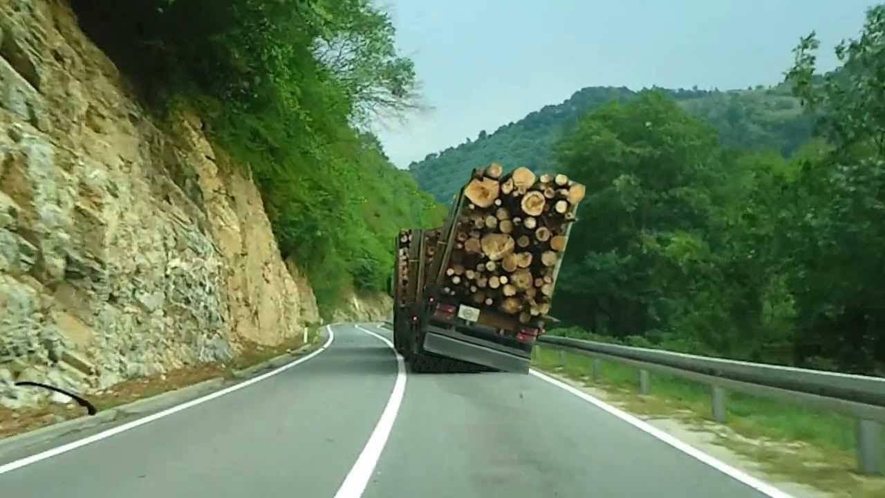 Овој камион избегнал катастрофа!