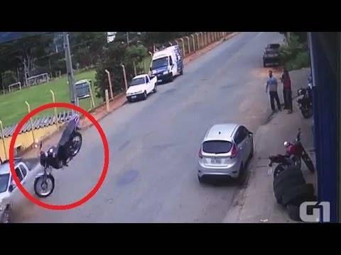 Во полна брзина удрил во автомобил: Мотоциклист преживеал страшна несреќа!