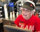 """Најстарата работничка во """"Мекдоналдс"""" има 94 години и не сака да оди во пензија"""