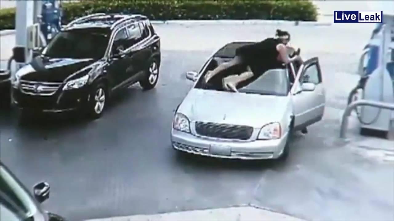 Додека точела гориво на бензинска, крадец и ја украл чантата. Кога ќе видите што направила, ќе паднете од стол!