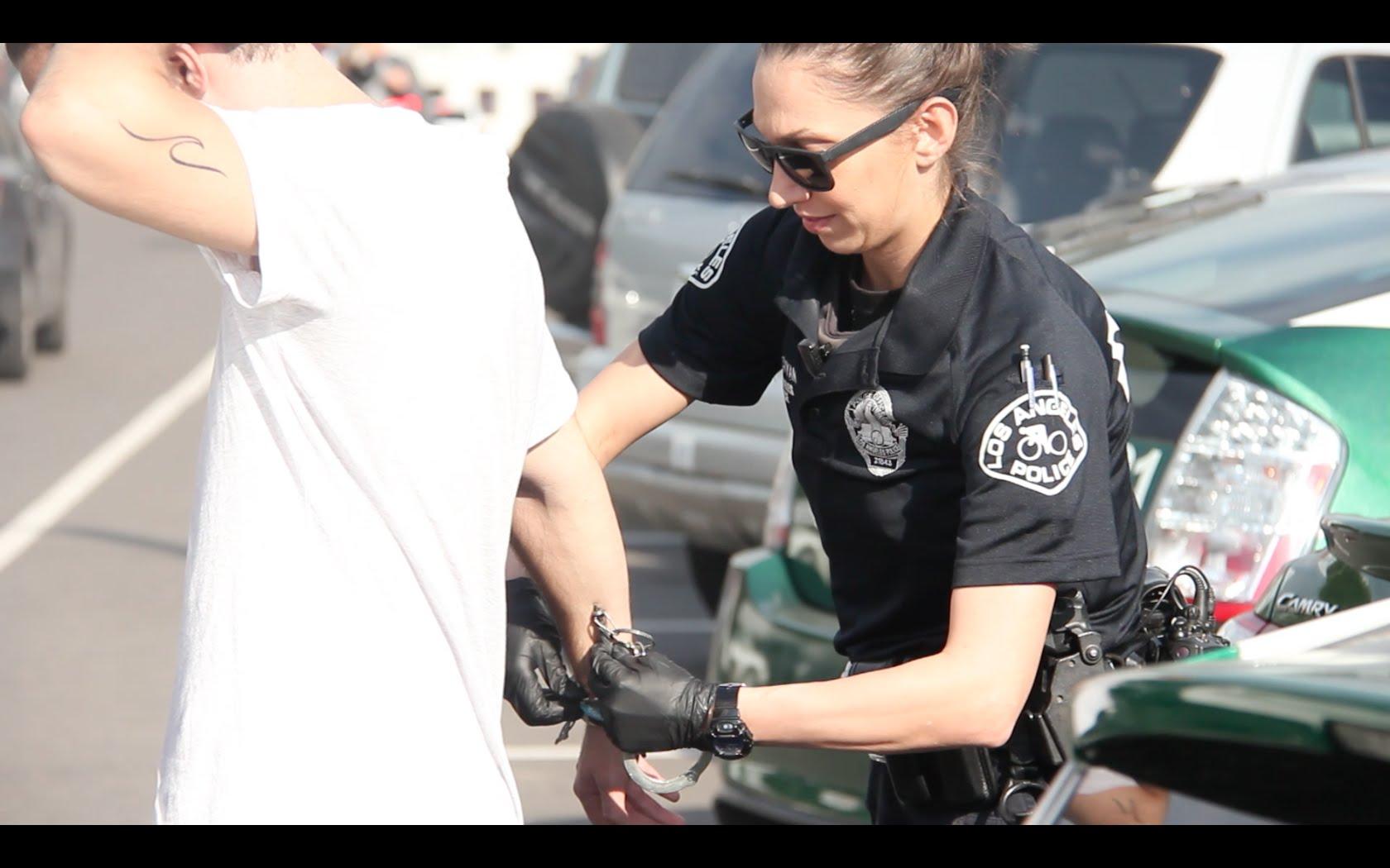 Ги запрела полиција, а потоа еден од нив рекол дека имаат полн багаж кокаин. Нема де верувате што следело