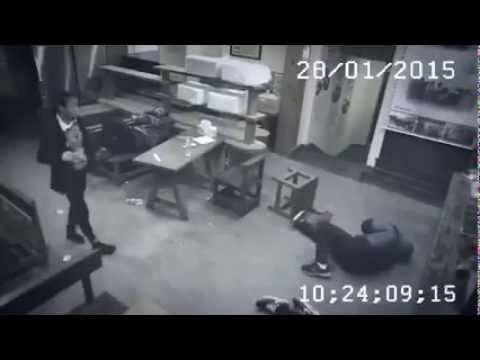 Група пијани момци правеле проблеми во ресторан, а потоа дошла келнерката и им одржала лекција!