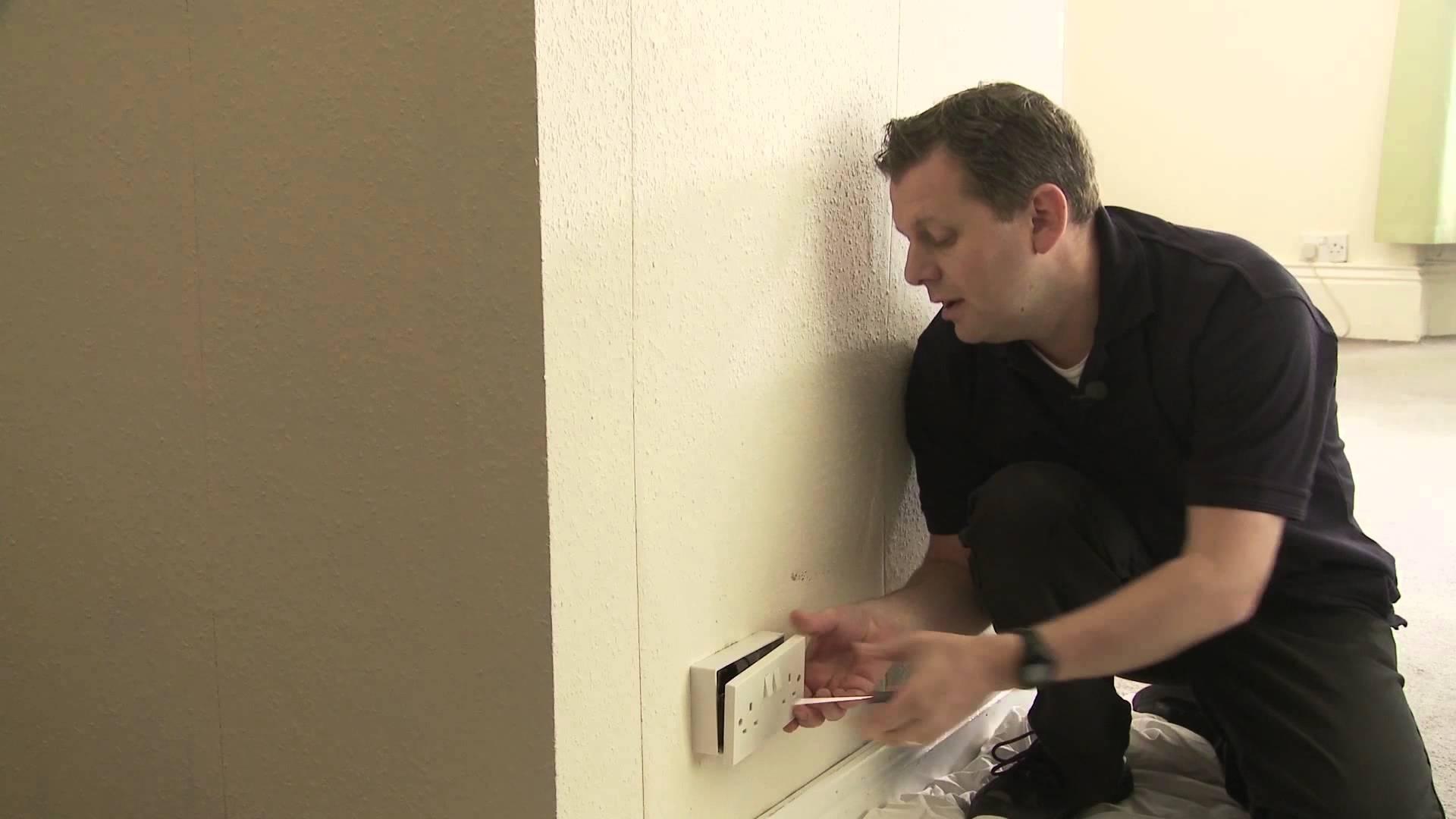 Покажувал како да замените штекер во домот, а потоа забил шрафцигер. Внимавајте што ќе му се случи на 0:17 секунда