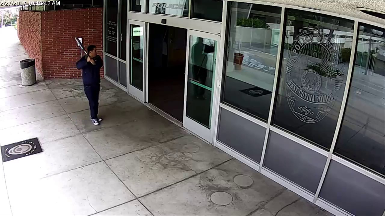 Зема безбол палка и почна да крши полициска станица. Погледнете што му направиле полицајците!