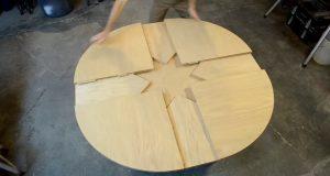 Направил на изглед обична дрвена маса. Но обрнете внимание што се случува кога ќе се заврти