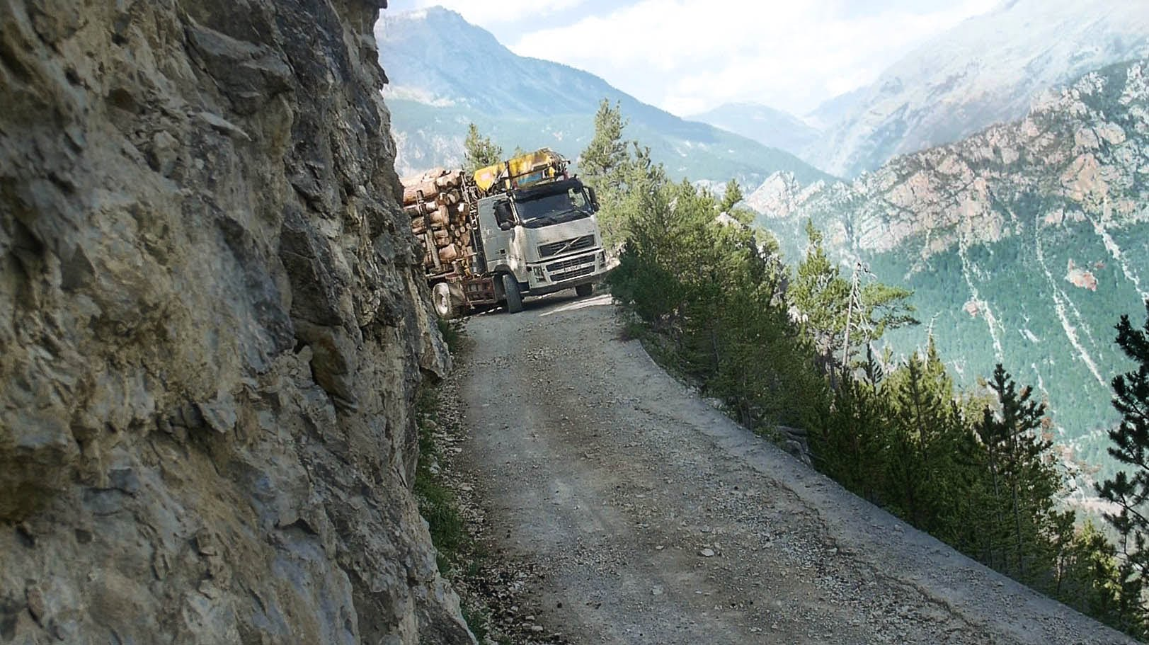 МАЈСТОР: Го натоварил камионот со трупци, а потоа тргнал да вози по невозможна патека!