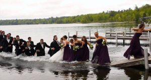 Наместо совршени свадбени фотографии, сега имаат незаборавно смешно видео