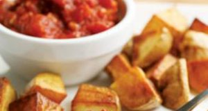 Крцкави компири со зачинет сос од домати