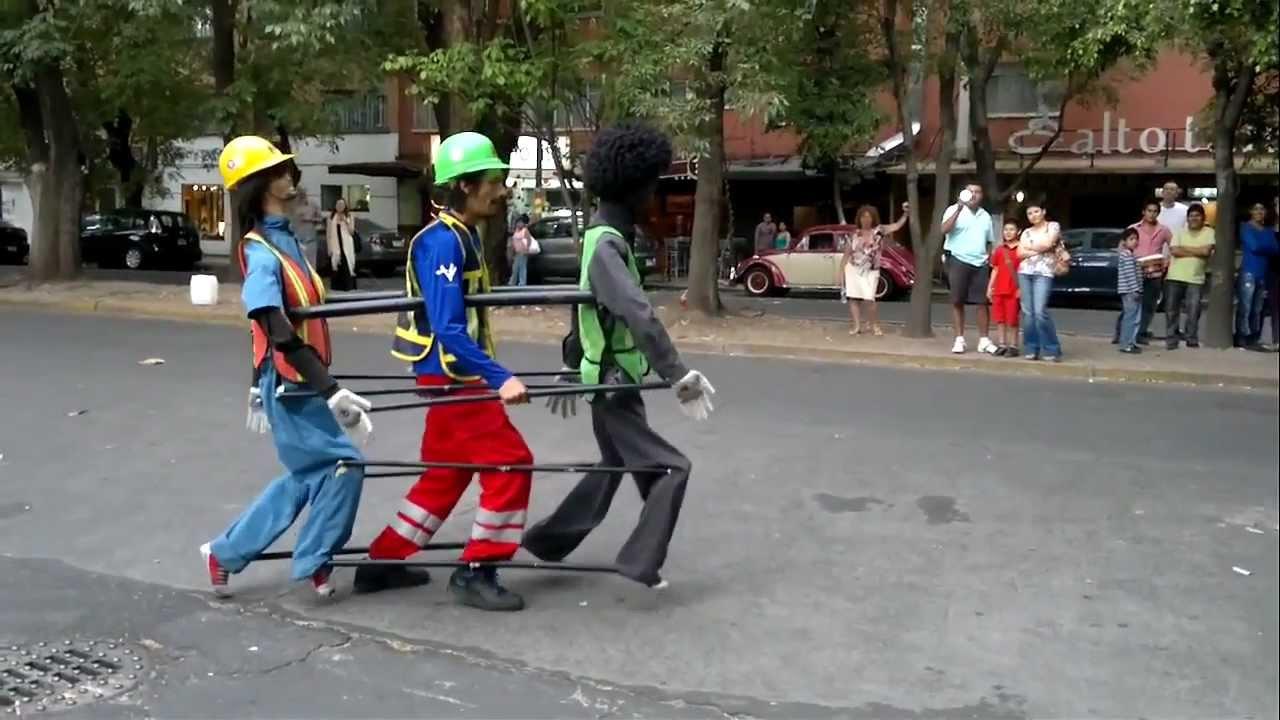 Постојат многу улични забавувачи, но овој е уникатен!