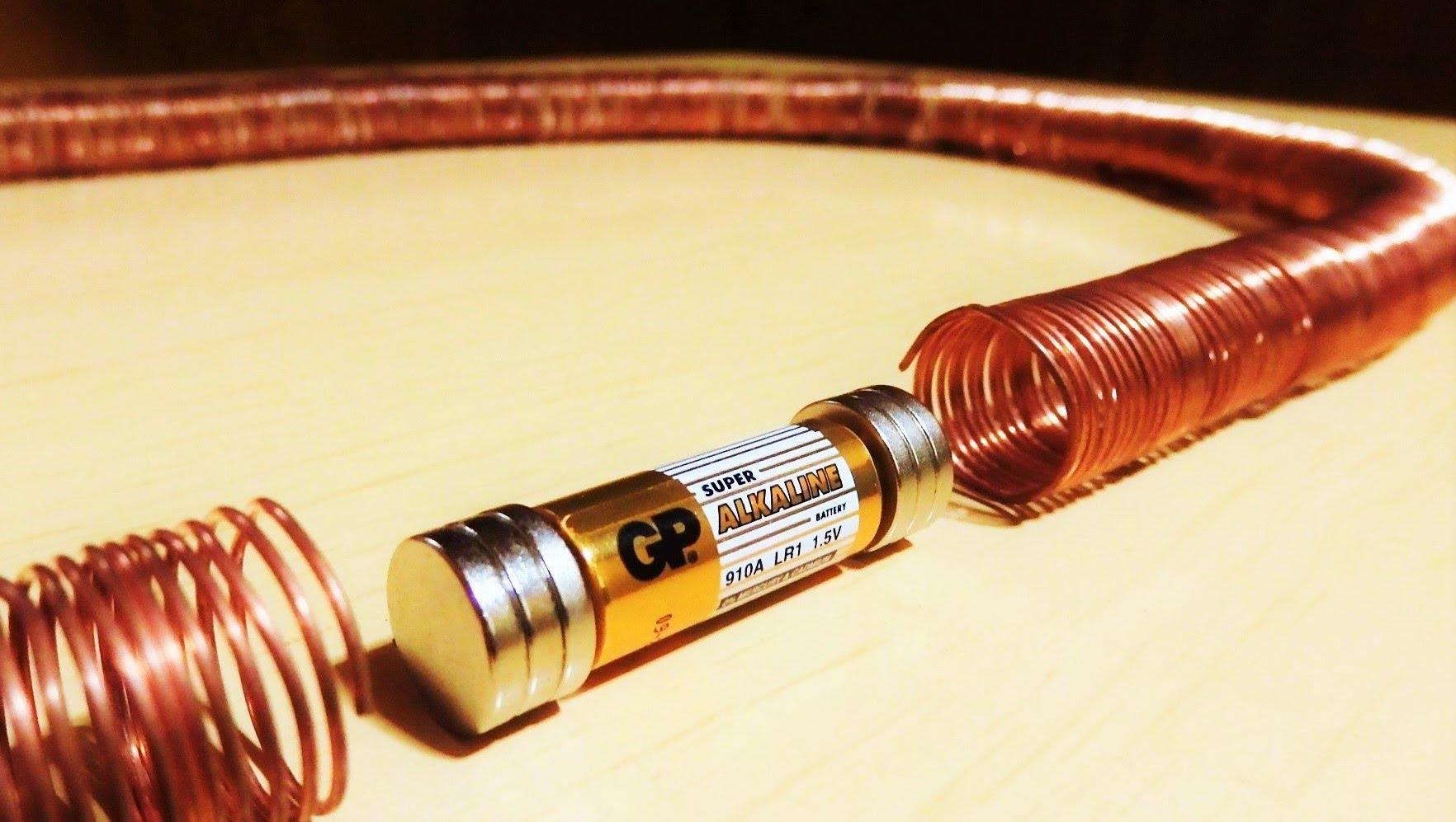 Со парче бакарна жица и потрошена батерија направи нешто со што импресионира милиони!