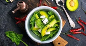 Пробајте: Едноставна салата од авокадо и сирење од која ќе бидете сити цел ден
