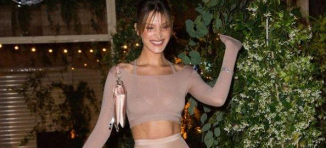 Bella Hadid знае како да изгледа елегантно дури и во crop-top!