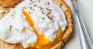 Еве како славниот готвач Џејми Оливер подготвува поширани јајца