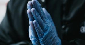 Не треба да носите гумени ракавици кога одите во маркети – еве зошто