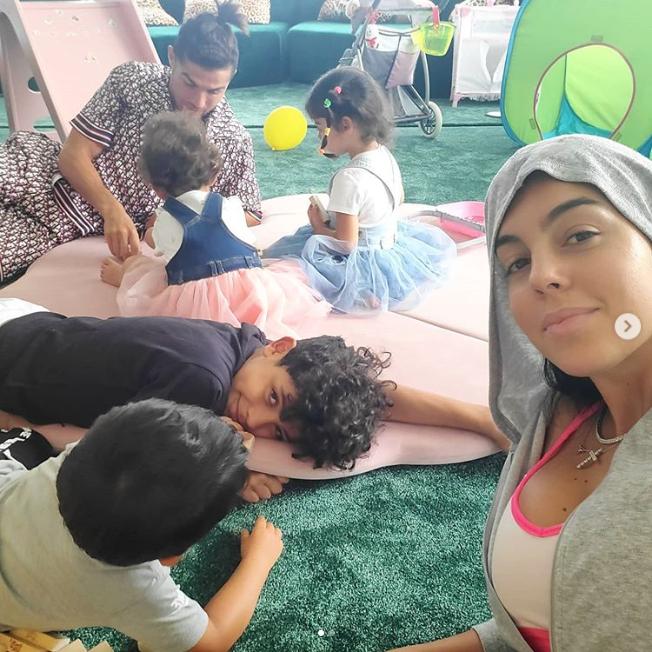 """Screenshot_2020-05-25 Georgina Rodríguez on Instagram """"Me encanta pasar días todos juntos jugando y aprendiendo Disfrutándo[...]"""