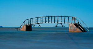Која е поентата на овој мост? Бескорисен мост кој не води никаде!