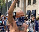 Неговата појава никого не остави рамнодушен: Гол и истетовиран се појави на протестите во САД