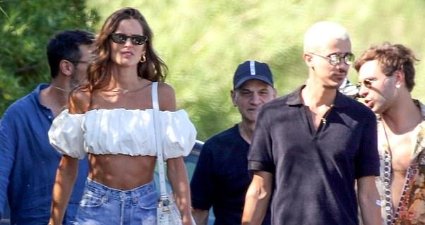 29373106-8400077-Stylish_Izabel_Goulart_was_centre_stage_as_she_oozed_effortless_-a-49_1591646359673
