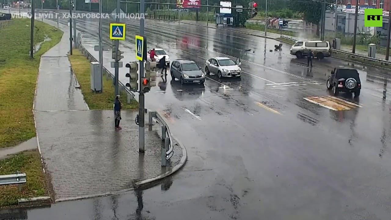 СНИМКА ОД КОЈА ЗАСТАНУВА ЗДИВОТ: Дете испадна од кола по сообраќајка, а потоа…ШОК сцена! (ВИДЕО)