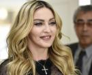 Мадона во топлес пред огледало – голите гради ги покри со своите раце!