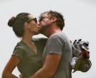 Се разгореа страстите на плажа – Неодамна поднесе барање за развод , а веќе се бакнува со Масон Морфит!
