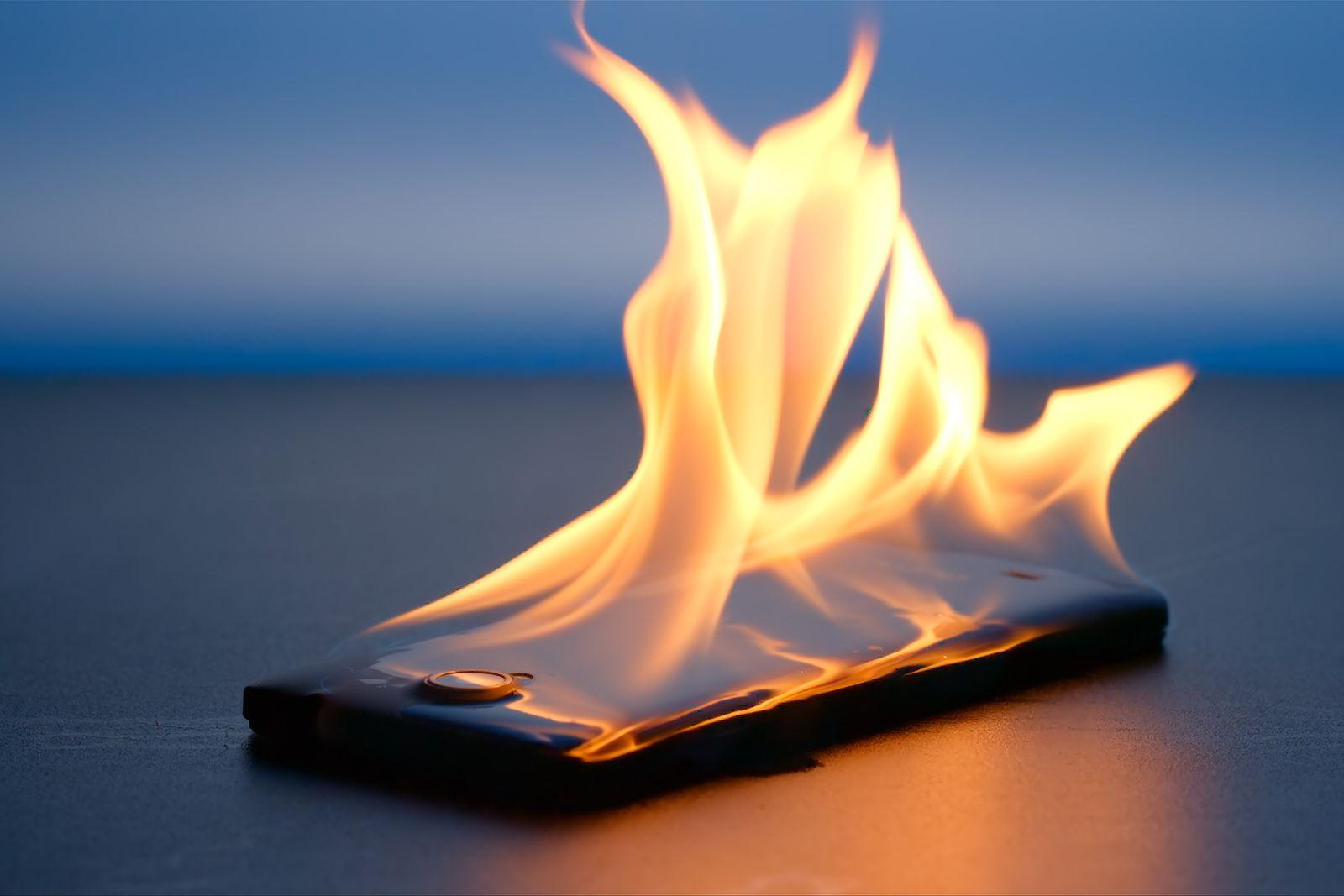 61932538-smartphone-pametni-telefon-ljeto-vatra