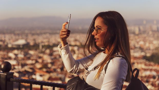 selfi-devojka-telefon-620x350