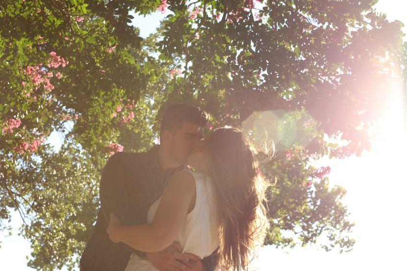 kissing-11499181920-830x0