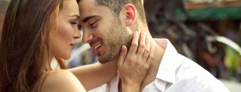poljubac-zagrljaj-par-muskarac-brada-780x298