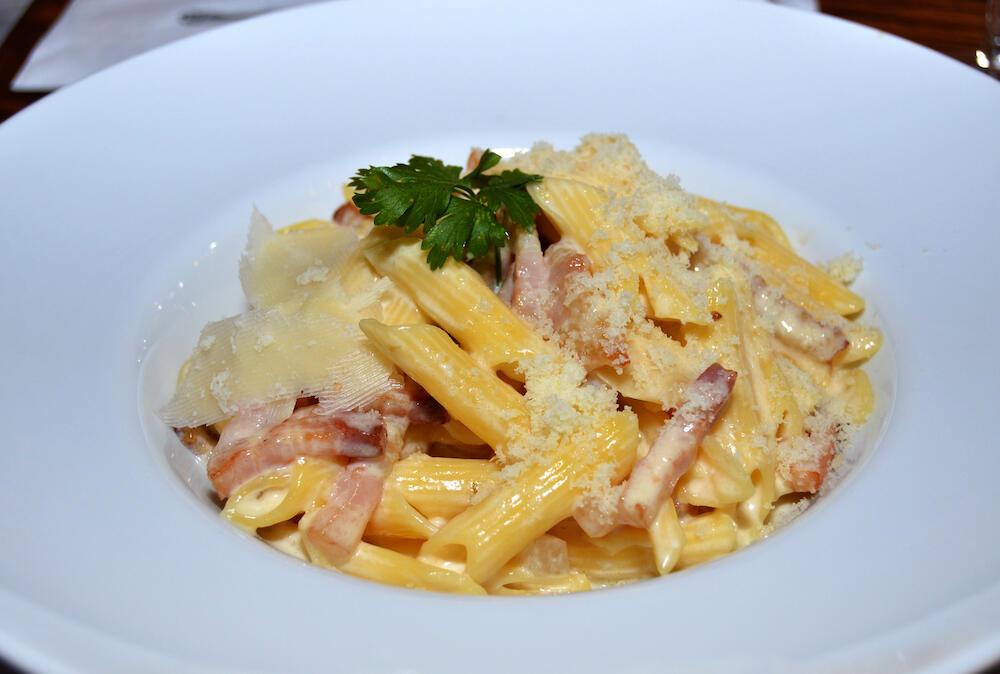 328648_pasta-sa-slaninom-shutterstock-1658461345_ff